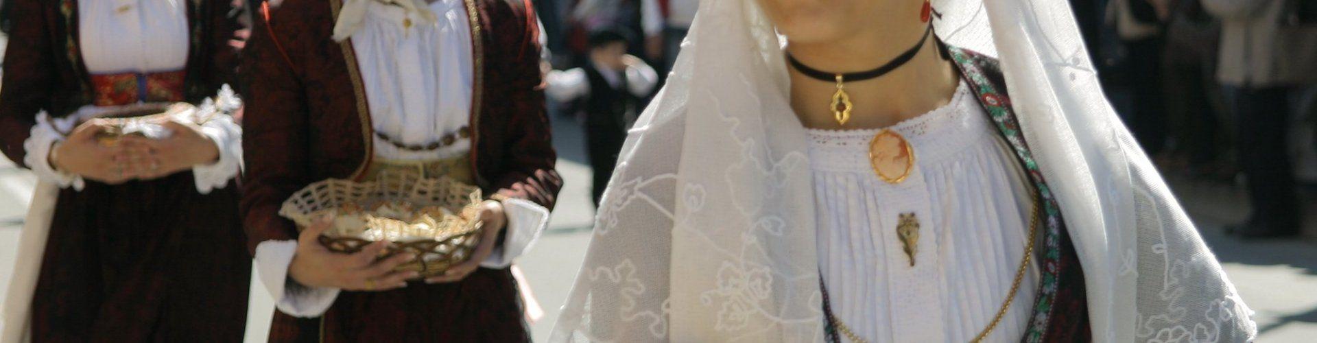 Donne in costumi sardi durante una processione