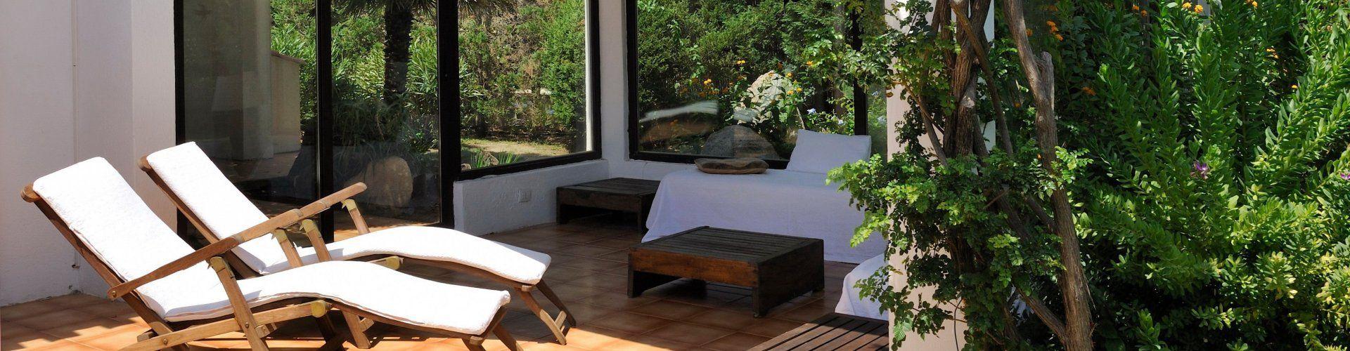 Terrazza con due sedie sdraio