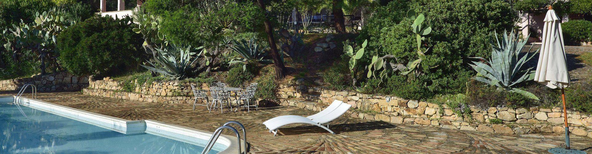 Sdraio con piscina e giardino
