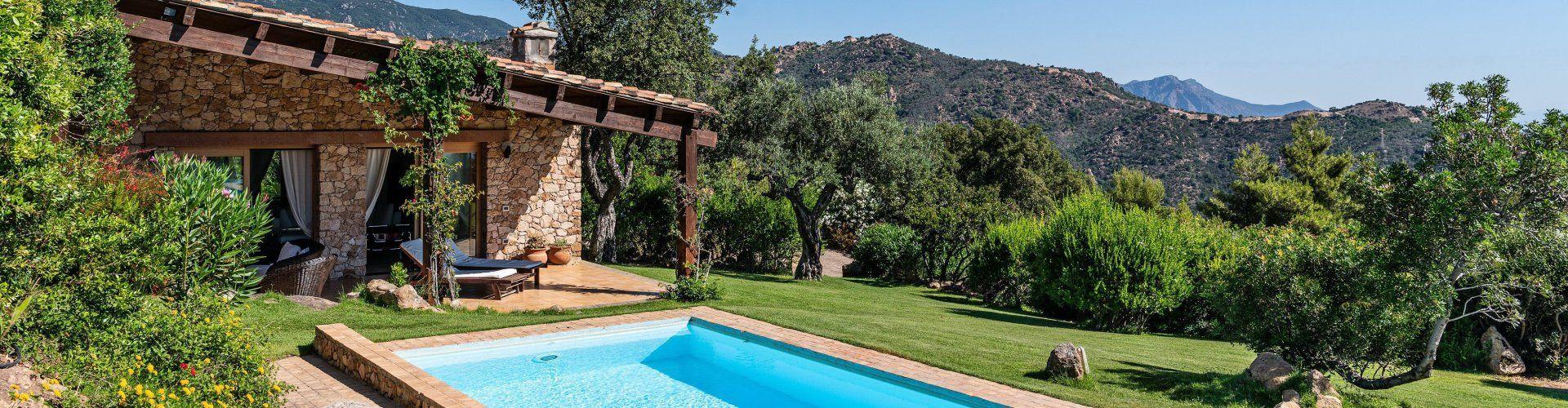 Villa con piscina e paesaggio verde