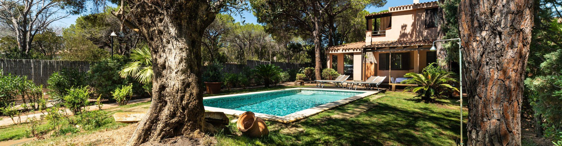Casa con piscina privata e giardino mediterraneo