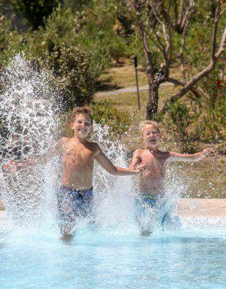 Due ragazzi saltano nella piscina di Li Conchi