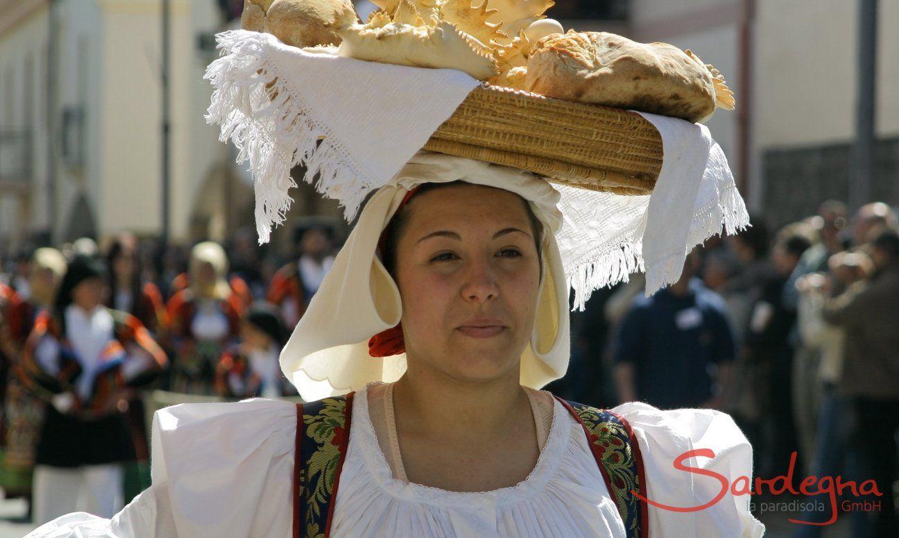 Donna in constume sardo porta pane in testa