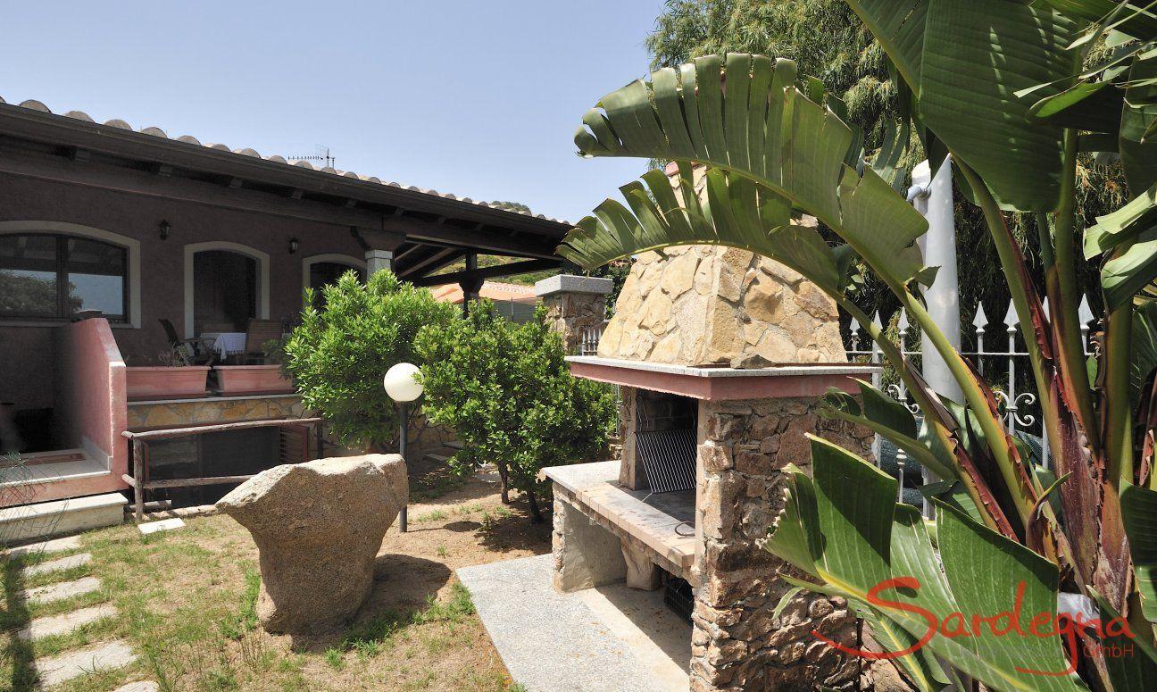 Fronte della casa con giardino e barbecue