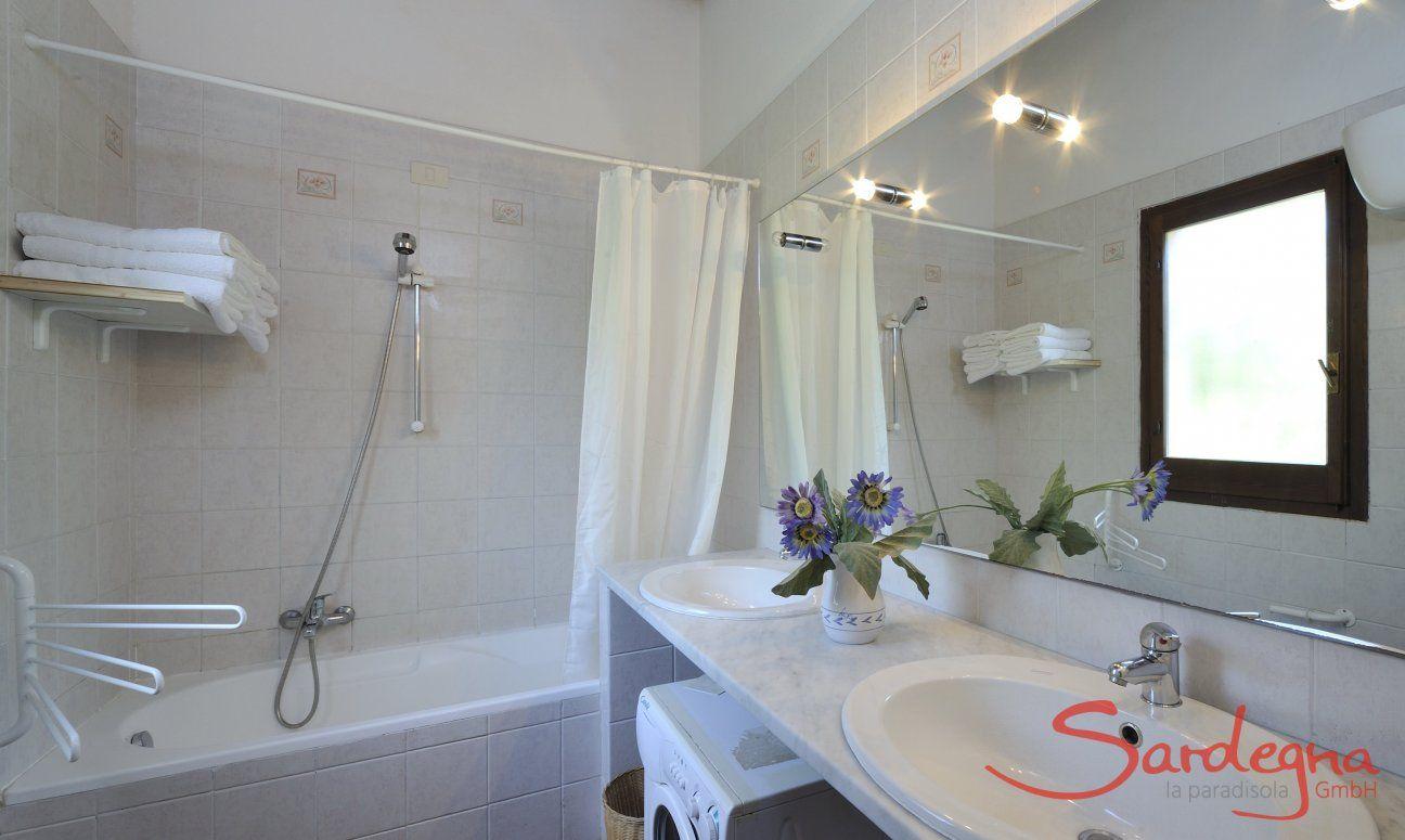 Bagno con vasca, due lavandini e lavatrice