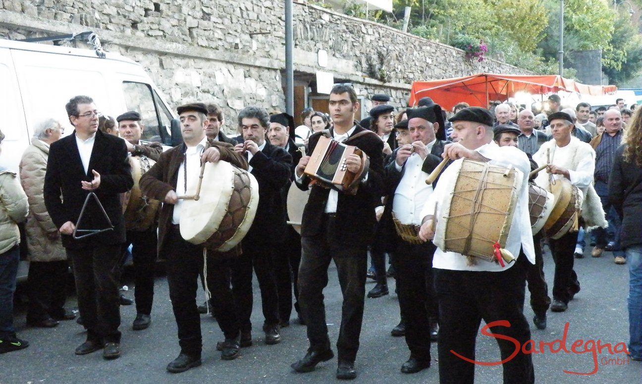 Gruppo musicale in costumi sardi durante una processione
