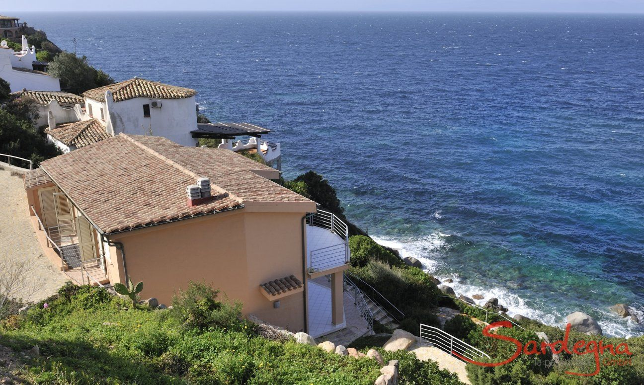Vista sulla casa e sul mare