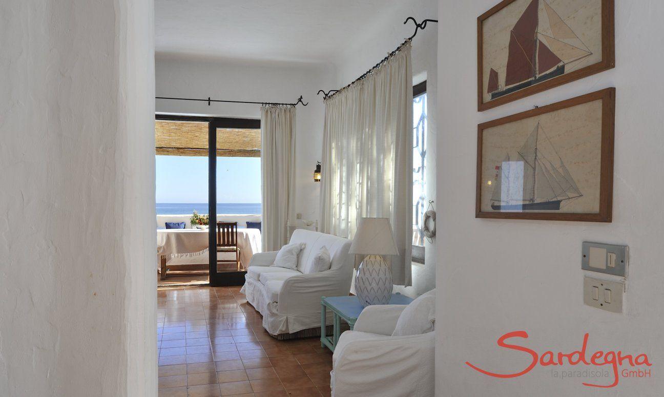Vista sul salotto, sulla veranda e sul mare