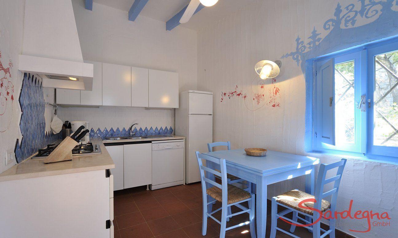 Cucina con tutto il necessario e un tavolo da pranzo  Casa 20, Sant Elmo