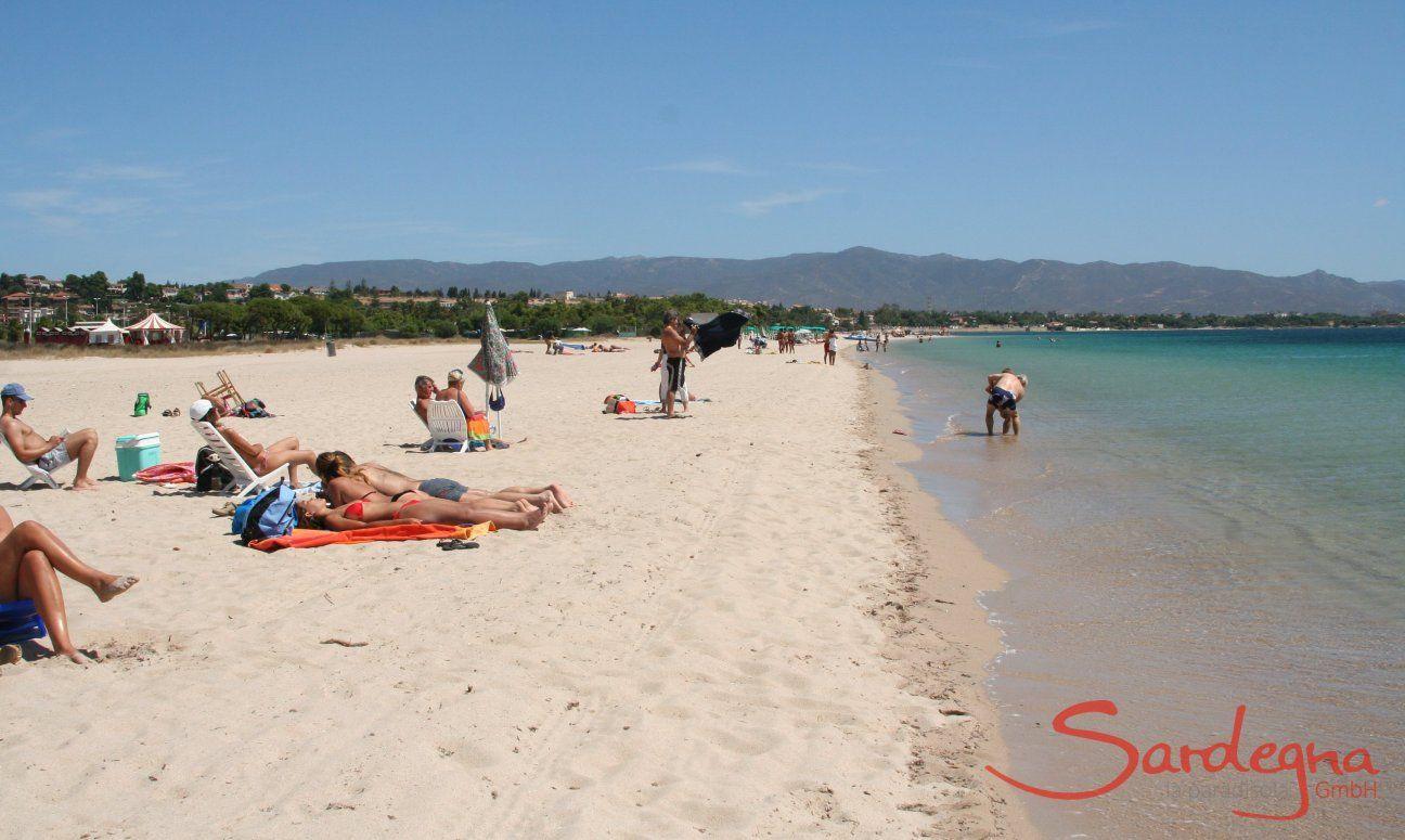 Visitatori sulla spiaggia bianca del Poetto vicino a Cagliari