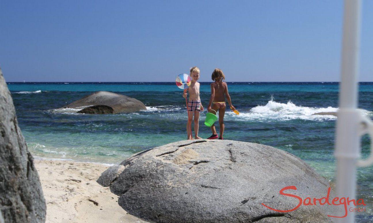 Bambini sulle rocce nel mare di Sant Elmo
