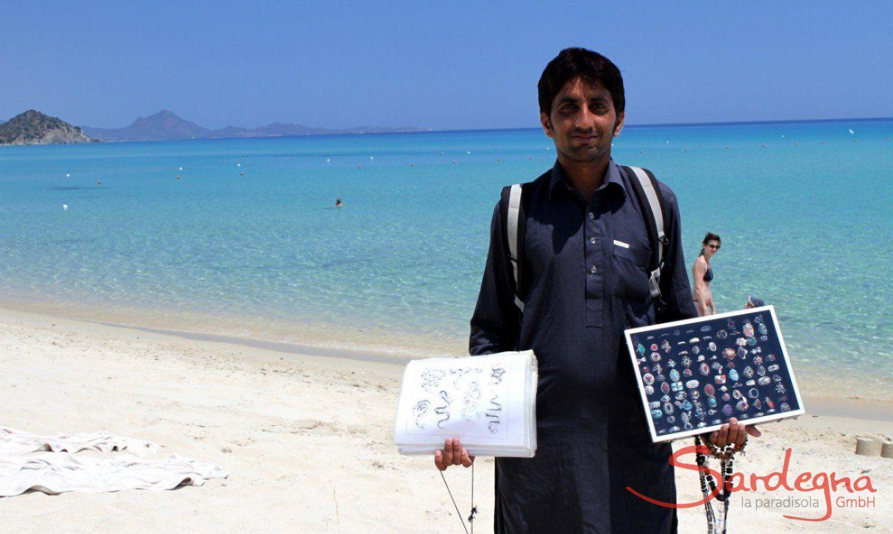 Venditore ambulante sulla spiaggia di Cala Sinzias