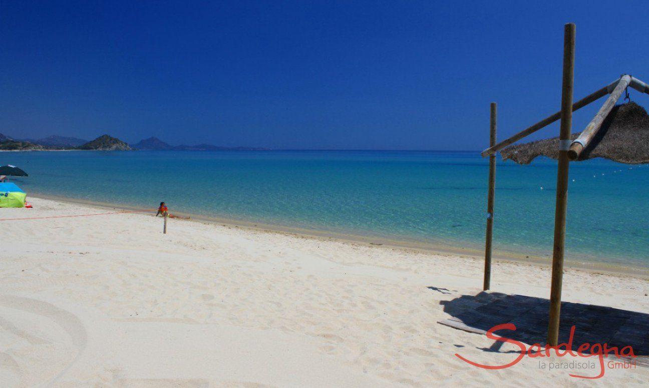 Spiaggia di sabbia bianca di Cala Sinzias, solo circa 2 km da Li Conchi