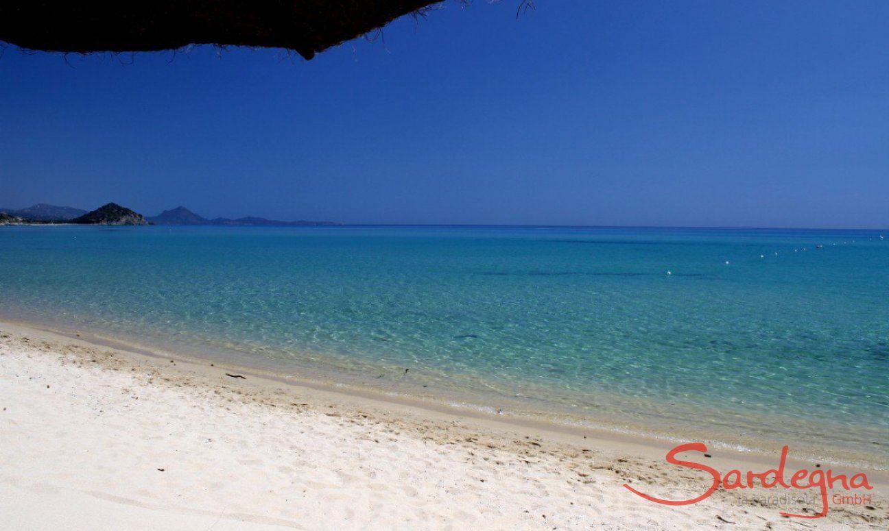 Sabbia bianca e acqua limpida sulla spiaggia di Cala Sinzias, dista solo 2 km da Li Conchi