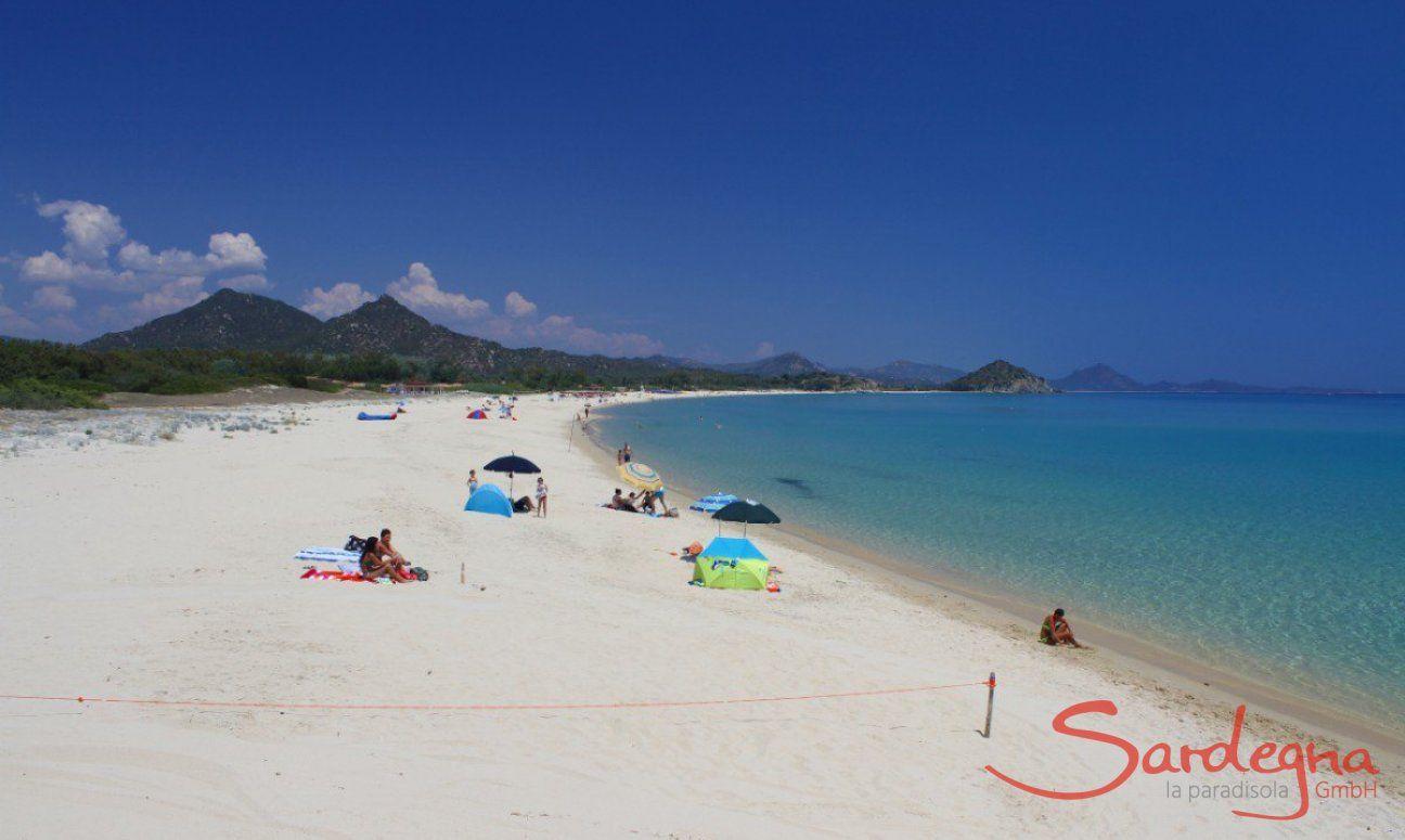 Spiaggia larga di sabbia bianca di Cala Sinzias