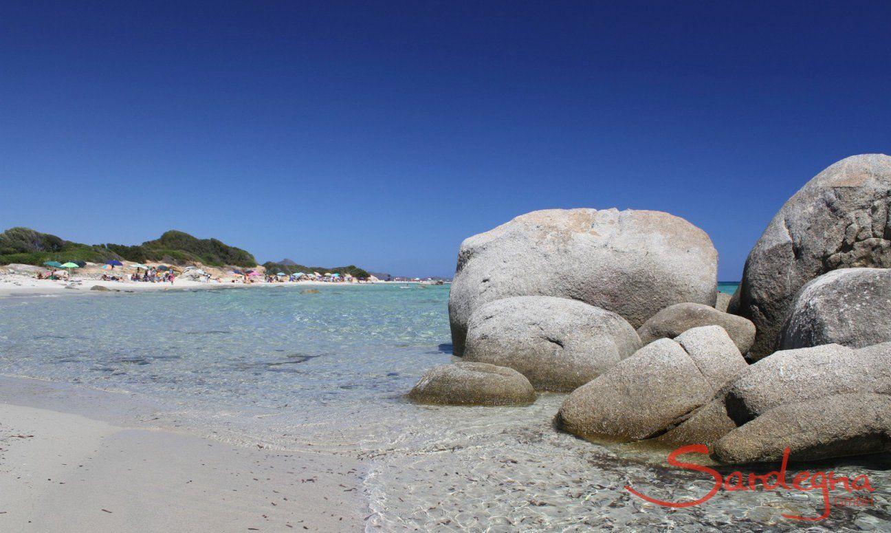 Mare cristallina della Sardegna sulla spiaggia di Sant Elmo