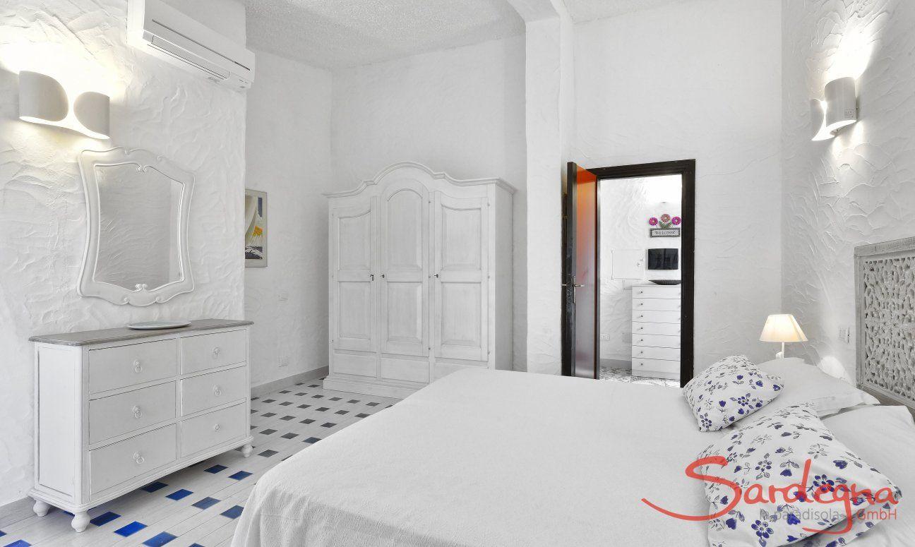 Camera arredatat tutta in bianco Villa Serena, Costa Rei