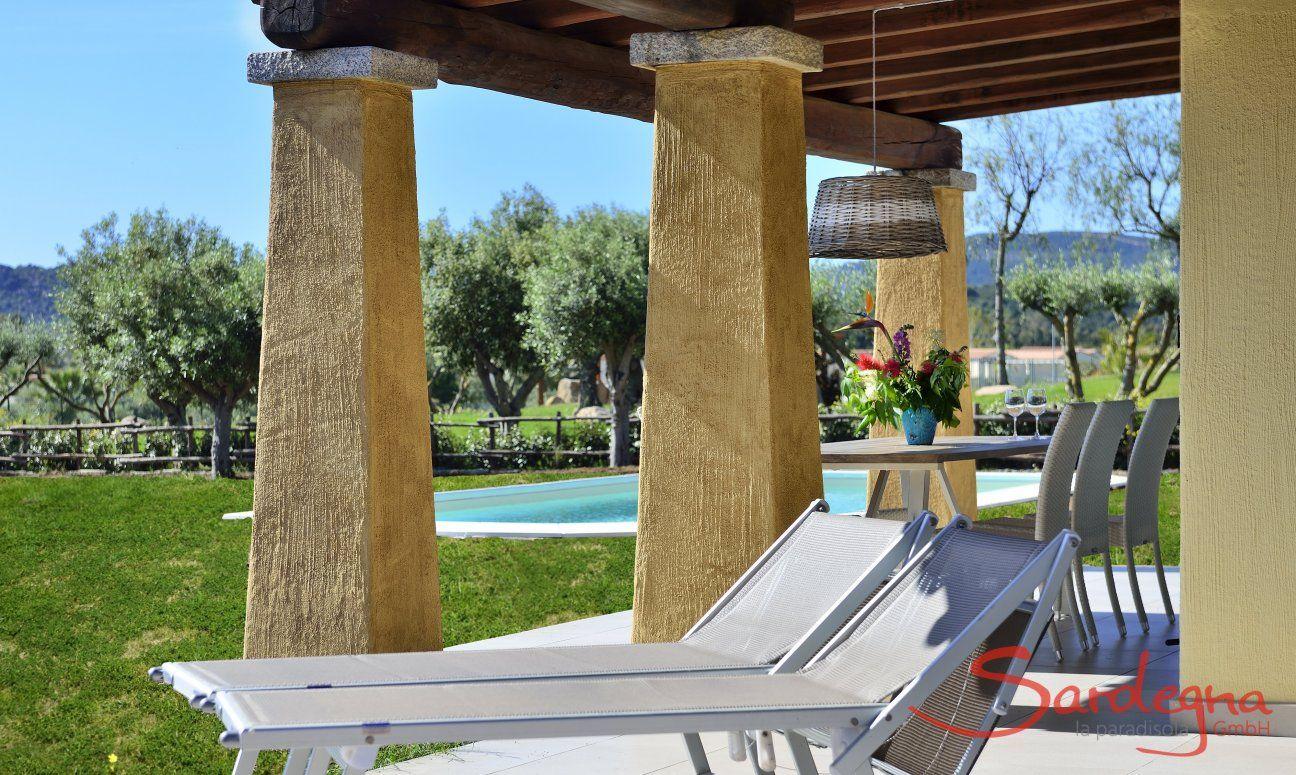 Lettini da sole sulla veranda di  Villa Campidano 20