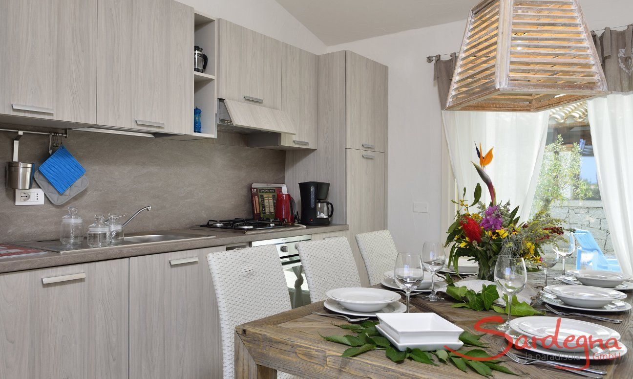 Tavolo per mangiare e cucina di  Villa Campidano 20