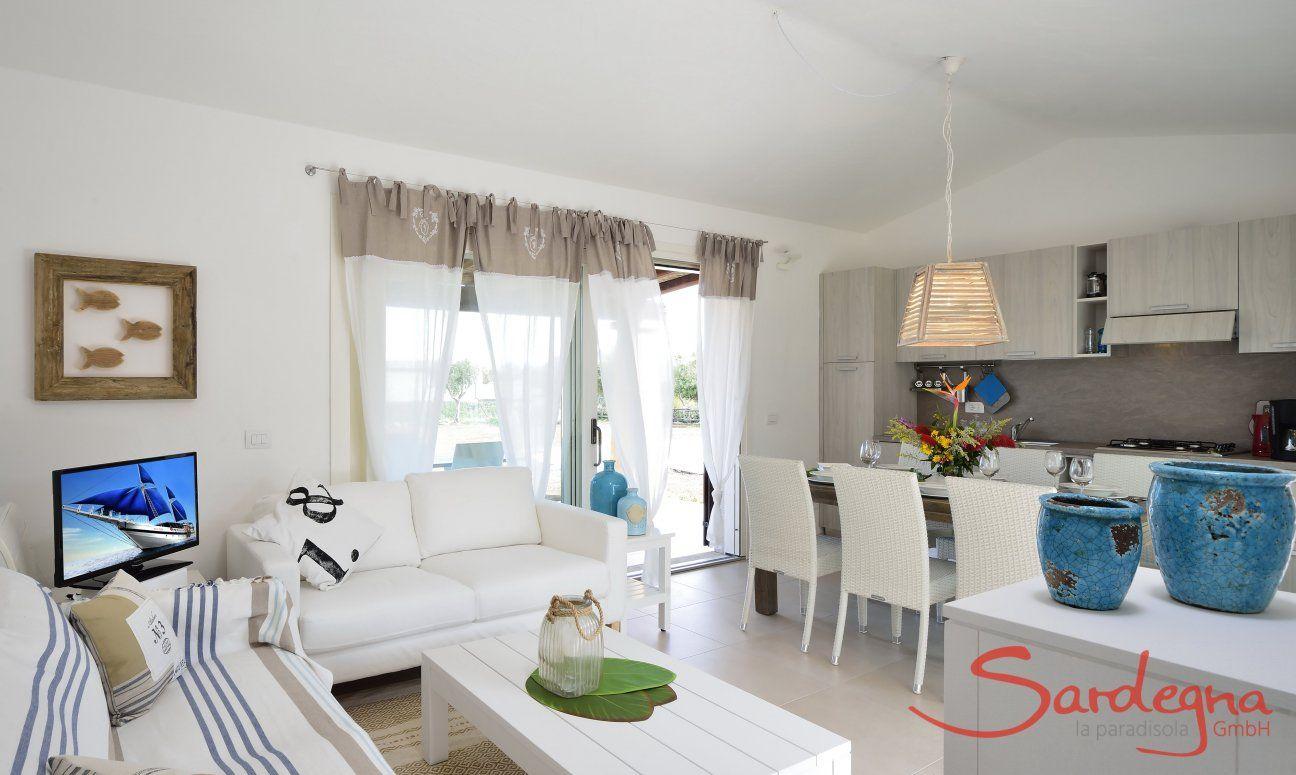 Angolo divano, tavolo da pranzo e cucina di Villa Campidano 20