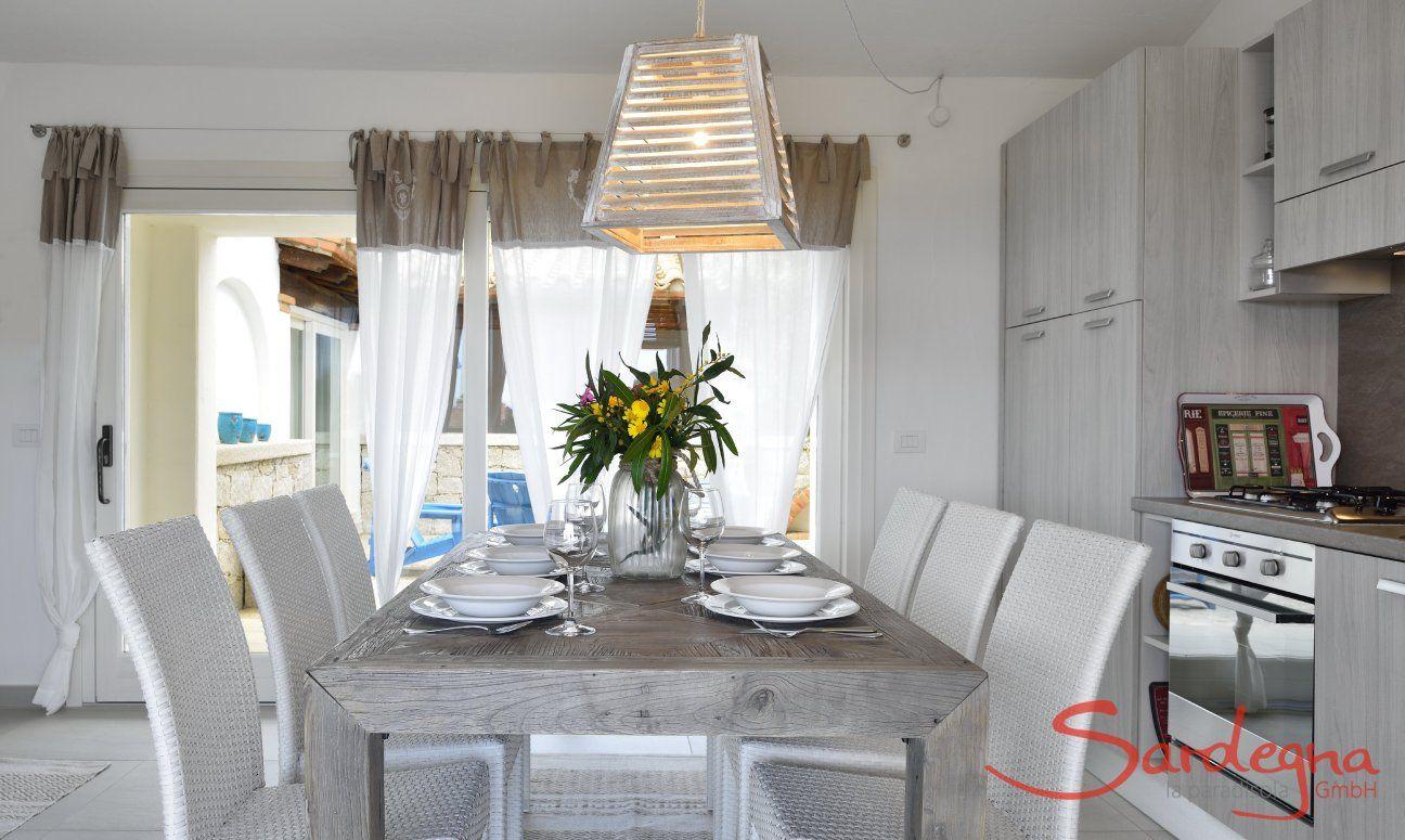 Tavolo per otto persone davanti alla cucina di  Villa Campidano 21