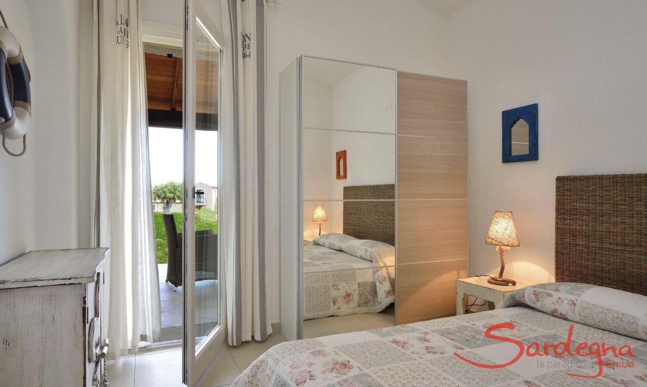 Camera con letto, armadio e porta finestra sul giardino  Villa Campidano 21