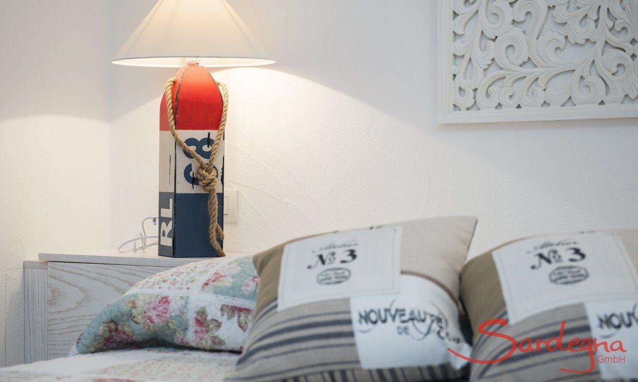 Letto con cuscini, tavolino da notte e abat-jour  Villa Campidano 21
