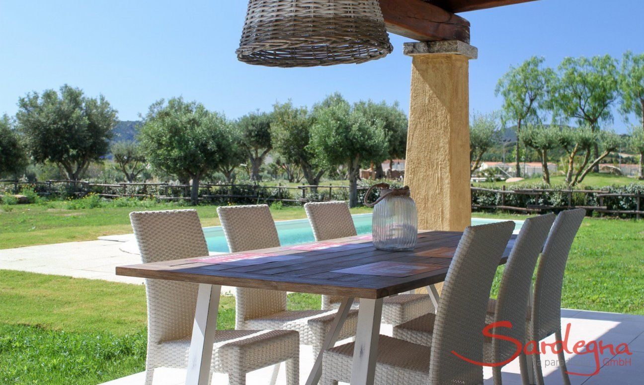 Tavolo per mangiare sulla terrazza con ombra di Campdiano 20