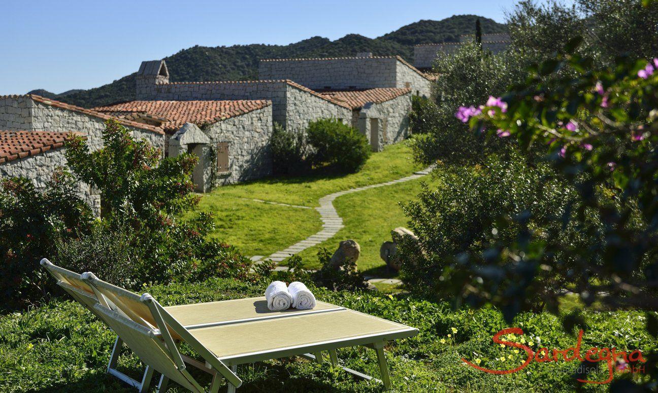 Giardino con lettini da sole davanti casa  Li Conchi 7