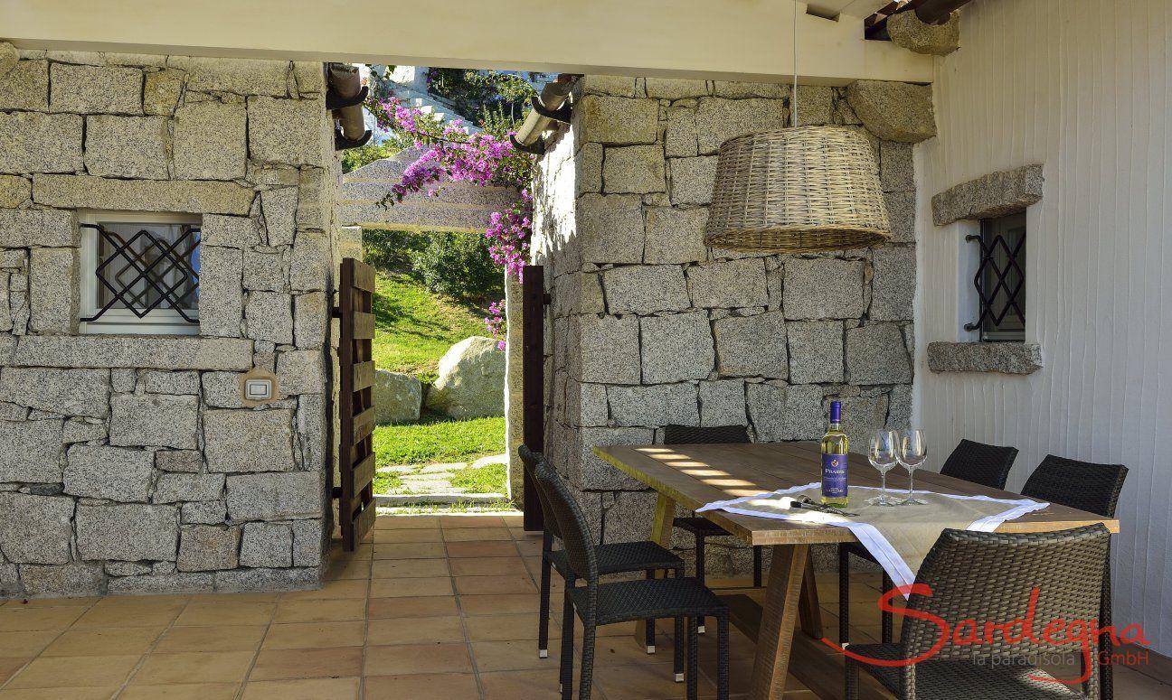 Tavolo con copertura in veranda di  Li Conchi 7 per mangiare fuori