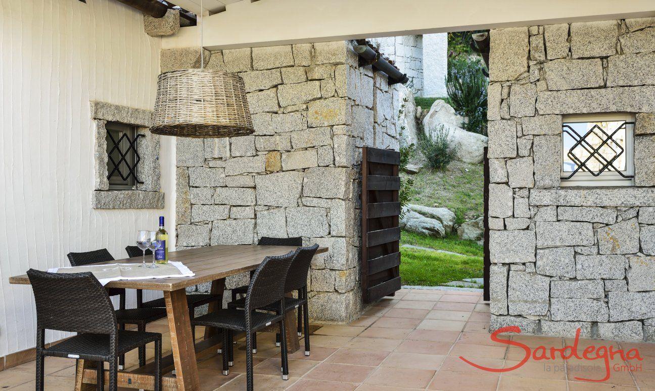 Tavolo da pranzo sulla veranda coperta di Li Conchi 9, Cala Sinzias