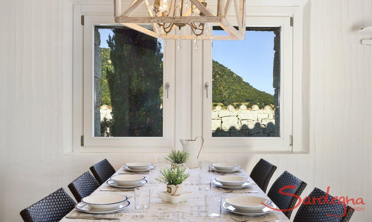 Zona Pranzo davanti alla finestra con vista Li Conchi 10, Cala Sinzias