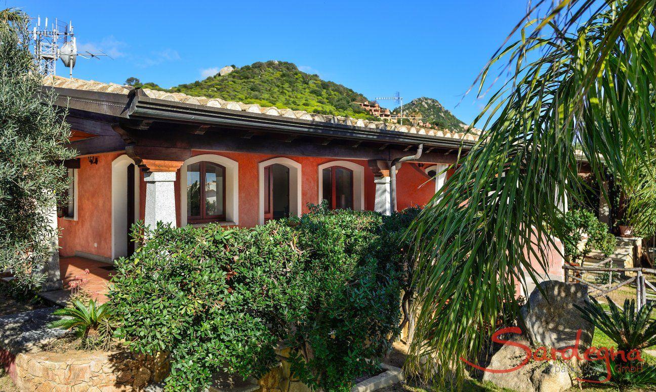 Fronte della casa con giardino