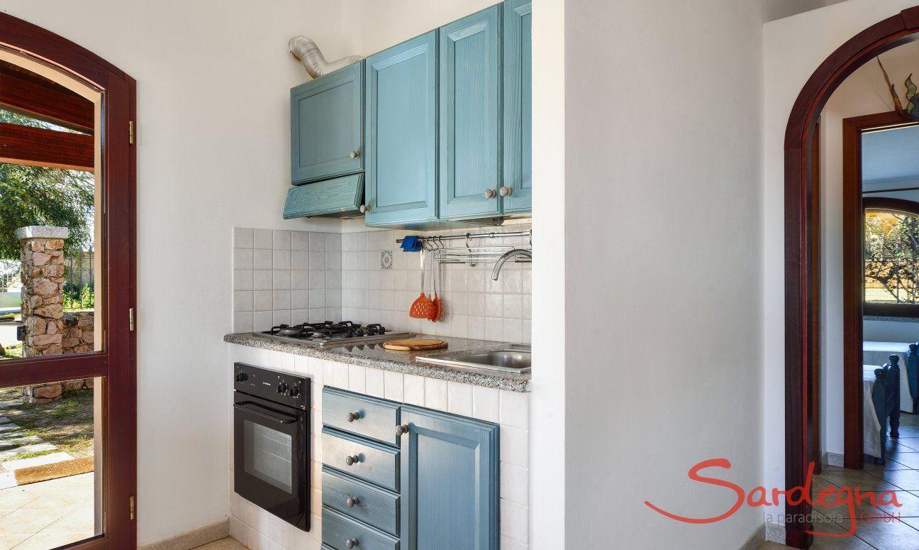 Cucina al pianterreno con cucina a gas, forno e frigo grande