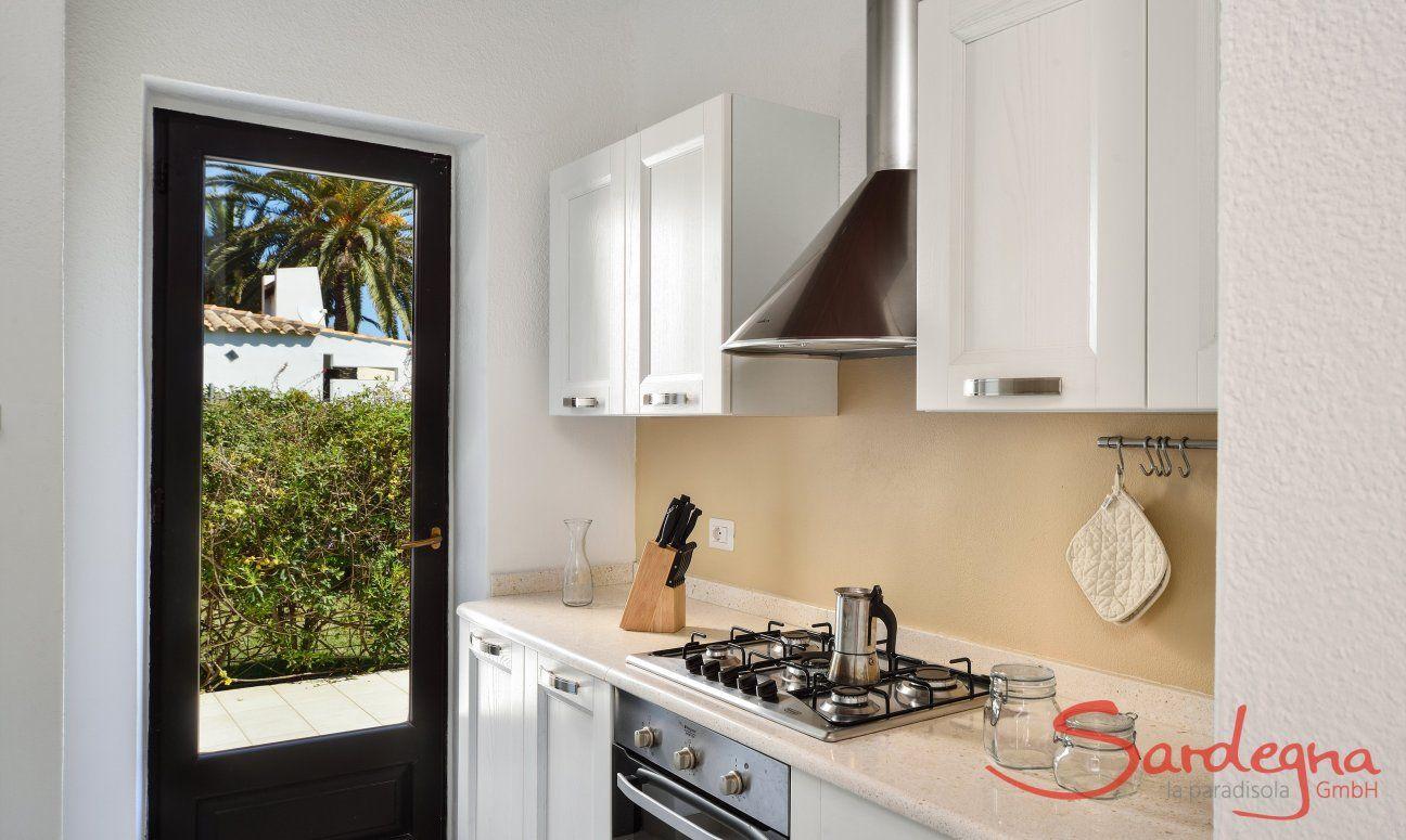 Cucina con porta vetrata verso il giardino