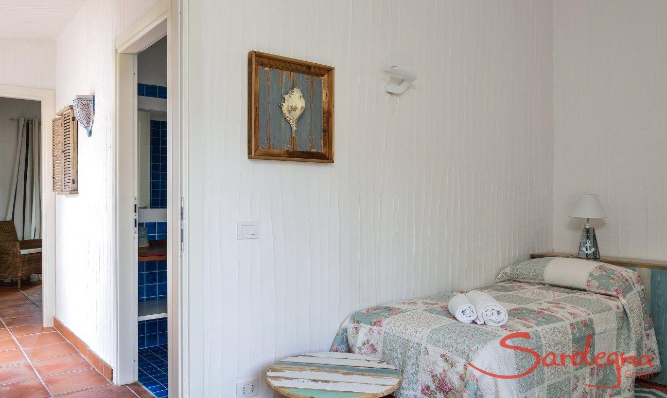 Camera con corridoio e bagno