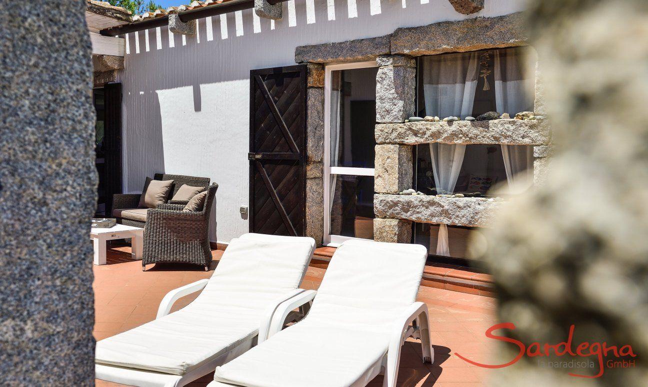 Terrazza privata di Casa 24  con divano esterno e lettini da sole, Sant Elmo