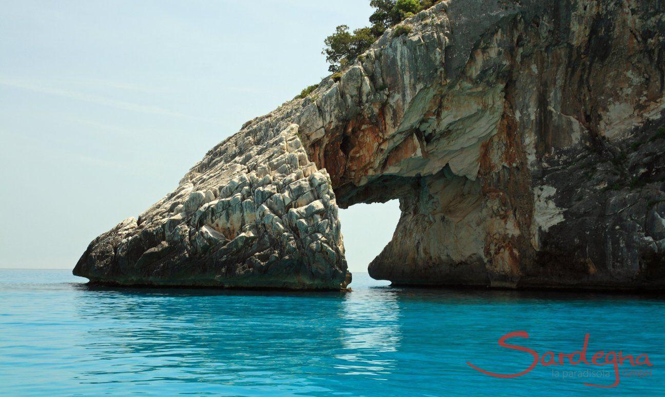 Arco nelle rocce di  Cala Goloritze formato dalle forze della natura
