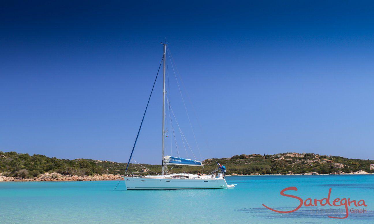 Barca vela galleggia sulle acque limpide di Cala di Volpe