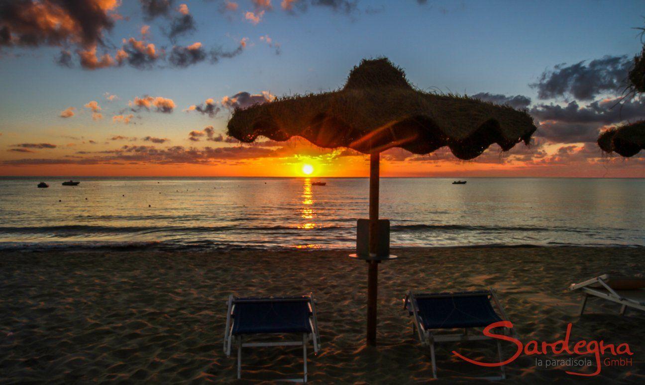 Alzare del sole sulla spiaggia di Cala Sinzias