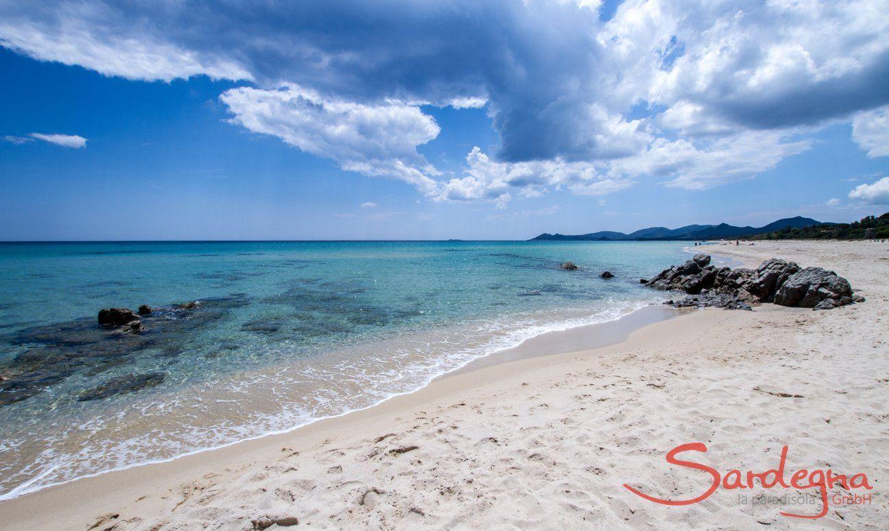 Spiaggia larga di sabbia bianca a Costa Rei