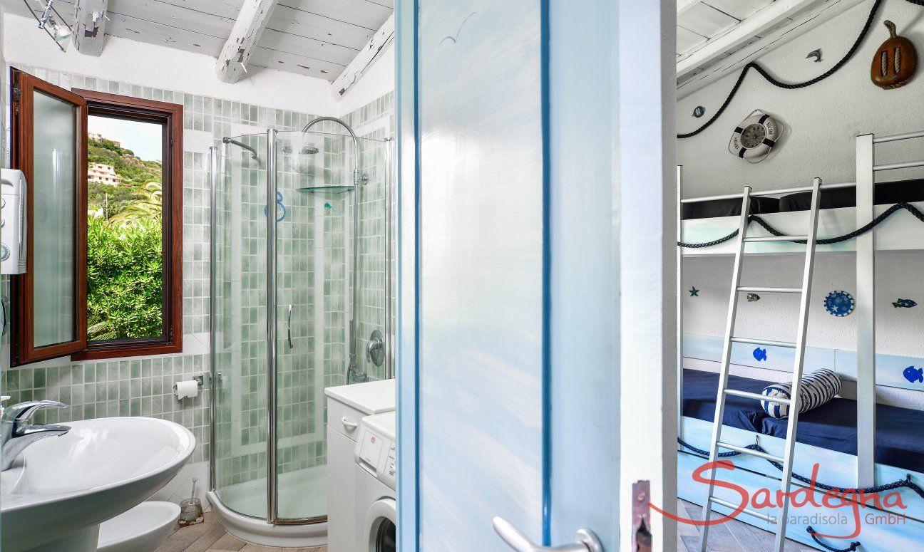 Bagno con doccia e camera bambini