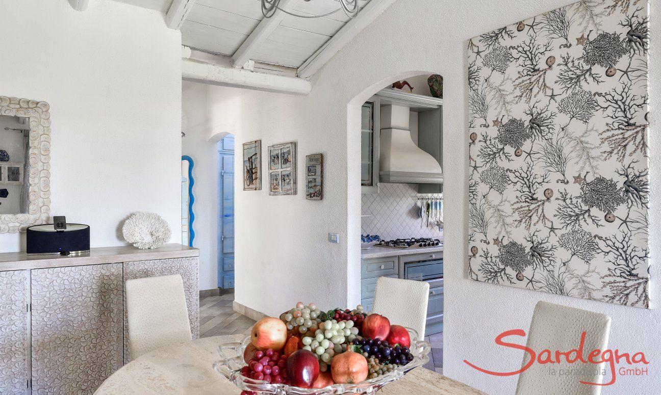 Tavolo con vista verso la cucina e le camere