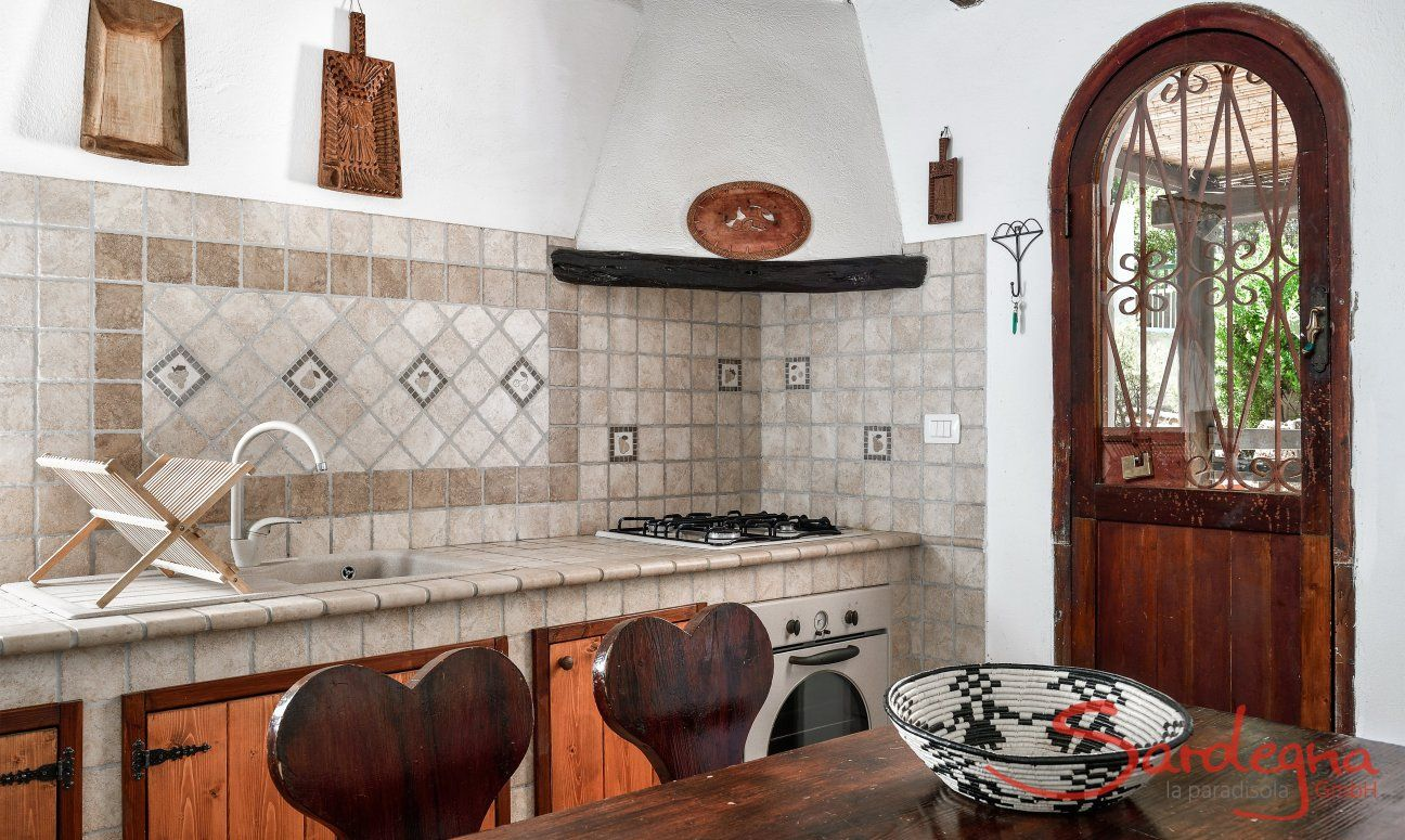 Cucina rusticale con fornelli a gas e forno