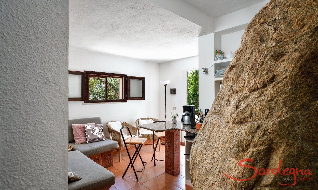 Angolo divano e banco-bar, la casa è colpita nella pietra