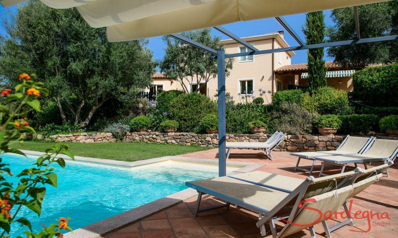 Vista dalla piscina sulla casa