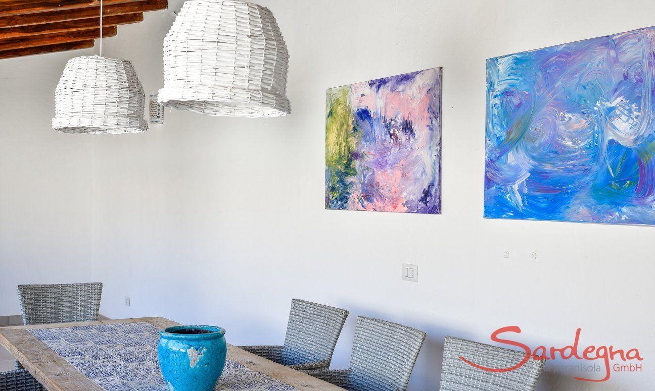 Tavolo all'esterno con lampade eleganti e dipinti di  Villa Campidano 20