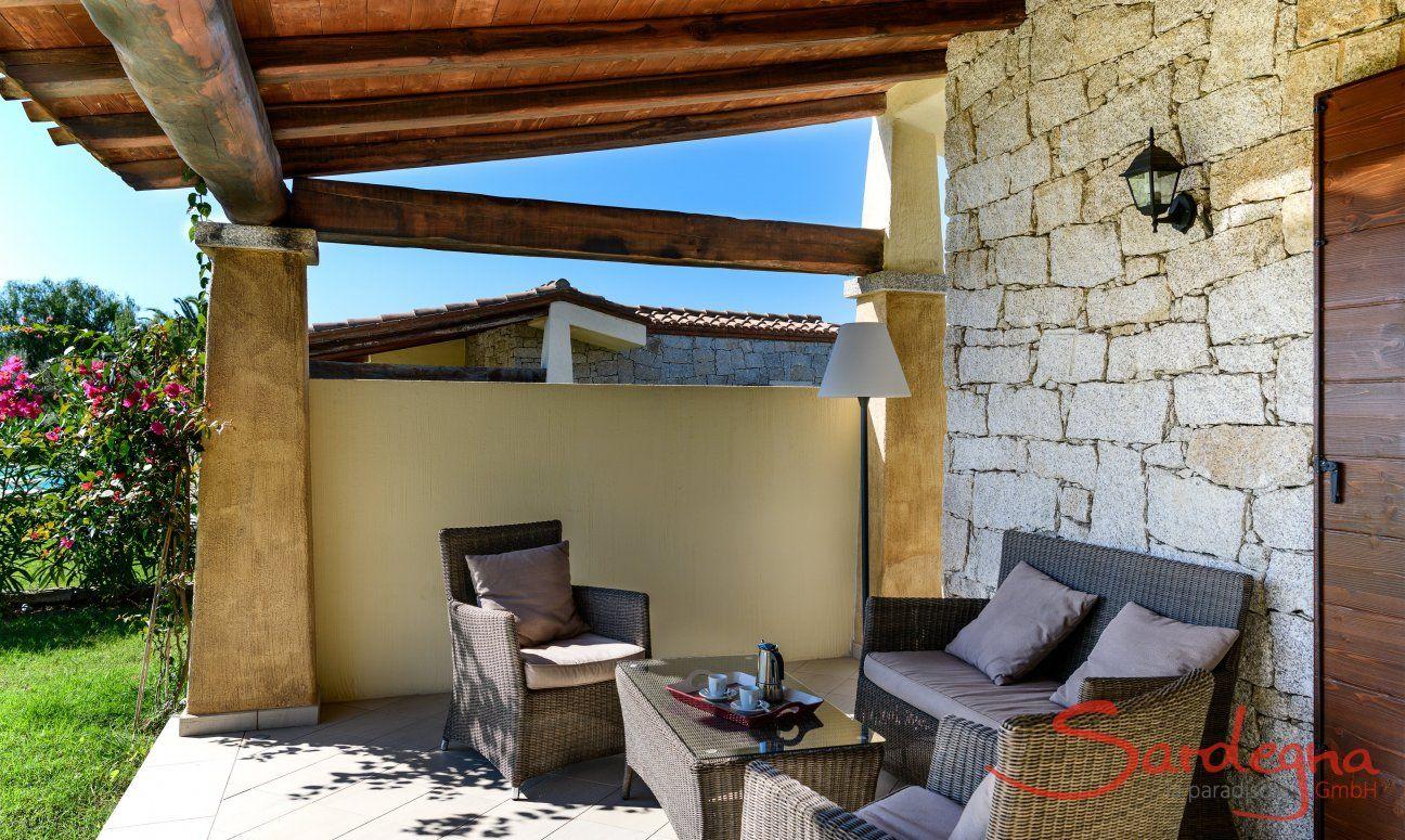 Divano esterno sulla veranda di  Villa Campidano 21