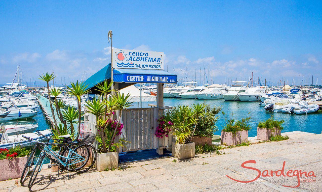 Accesso a un ponticello per barche a motore al porto di Alghero