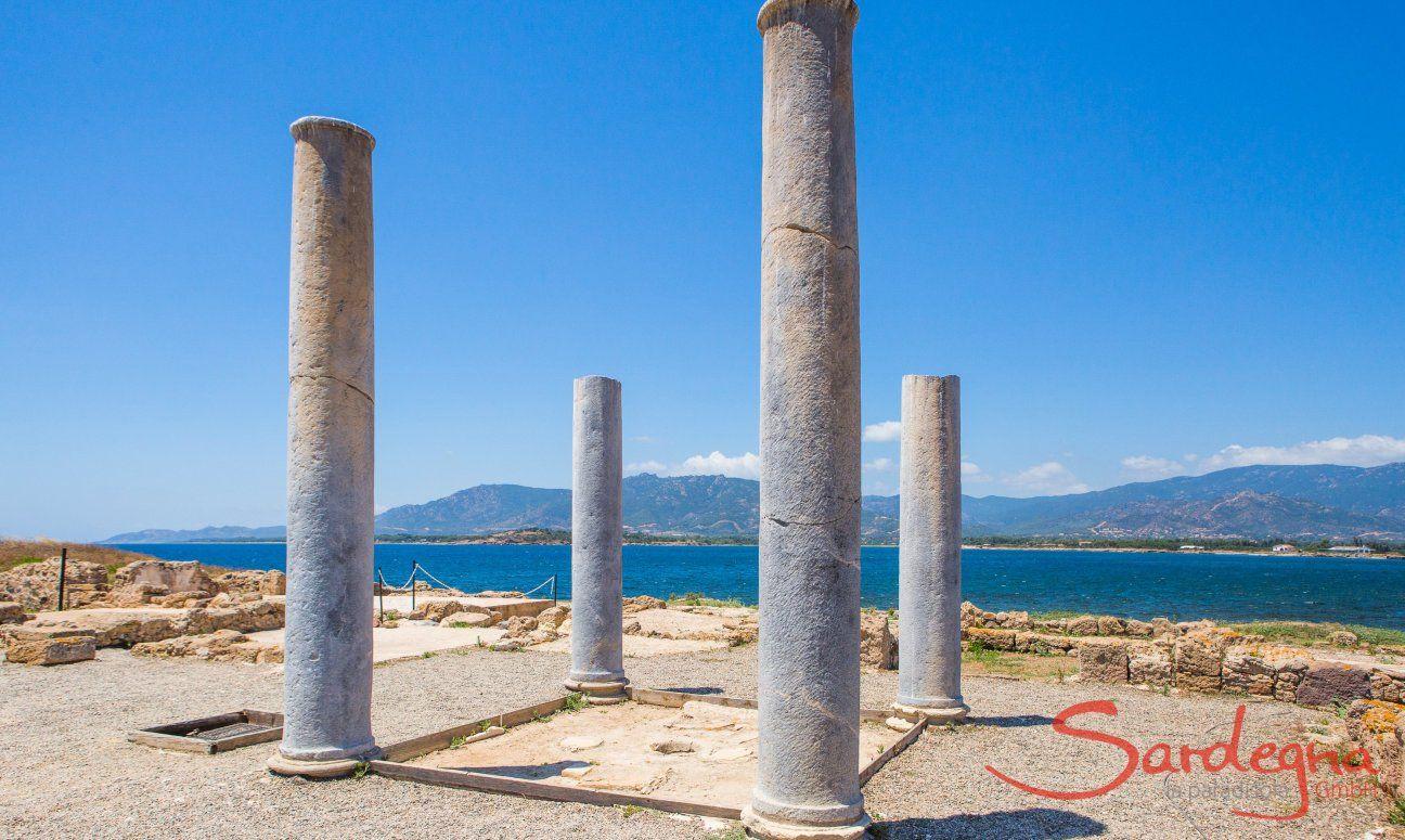 Colonne e mosaici romani nel sito archeologico di Nora